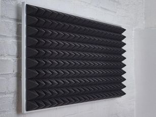 Akustiskskum med pyramidyta